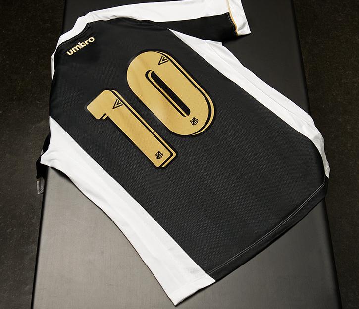 A parte de trás da camisa vem com o número e o nome da Umbro em dourado  também. A Camisa feminina do peixe vem com os detalhes em rosa. b4ff26c21fb5d