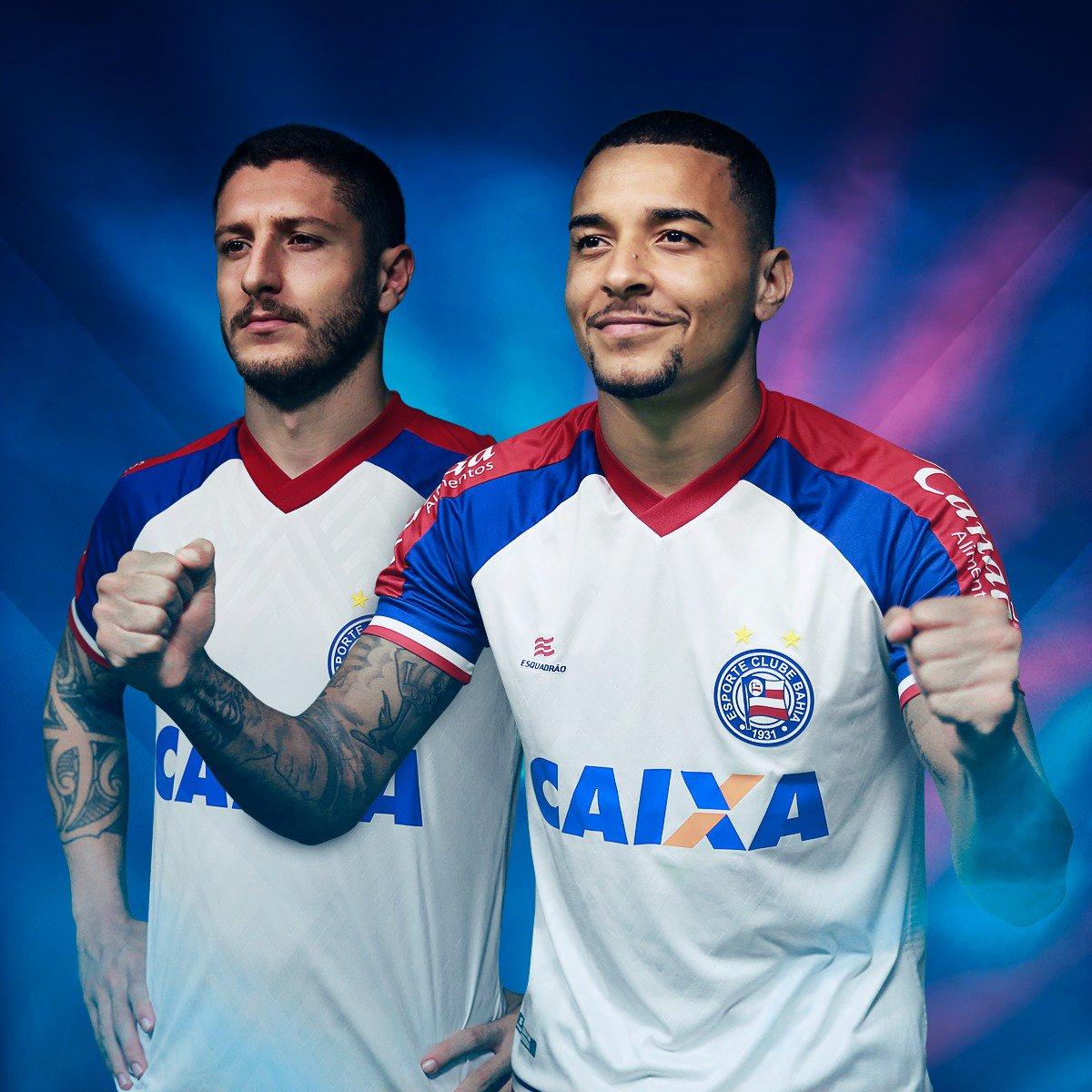 c34b0f0c995c6 A camisa 2 foi criada pelo torcedor Bruno Queirós. Possui faixas em  vermelho e azul com tons diferentes nas tonalidades