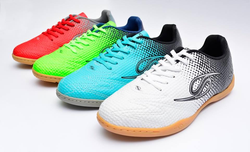 a7a8c0cb55 A marca nacional veste desde 1981 os pés de craques pelo Brasil. Sua  principal característica é a segurança e aderência. A maior parte dos  modelos possuem a ...