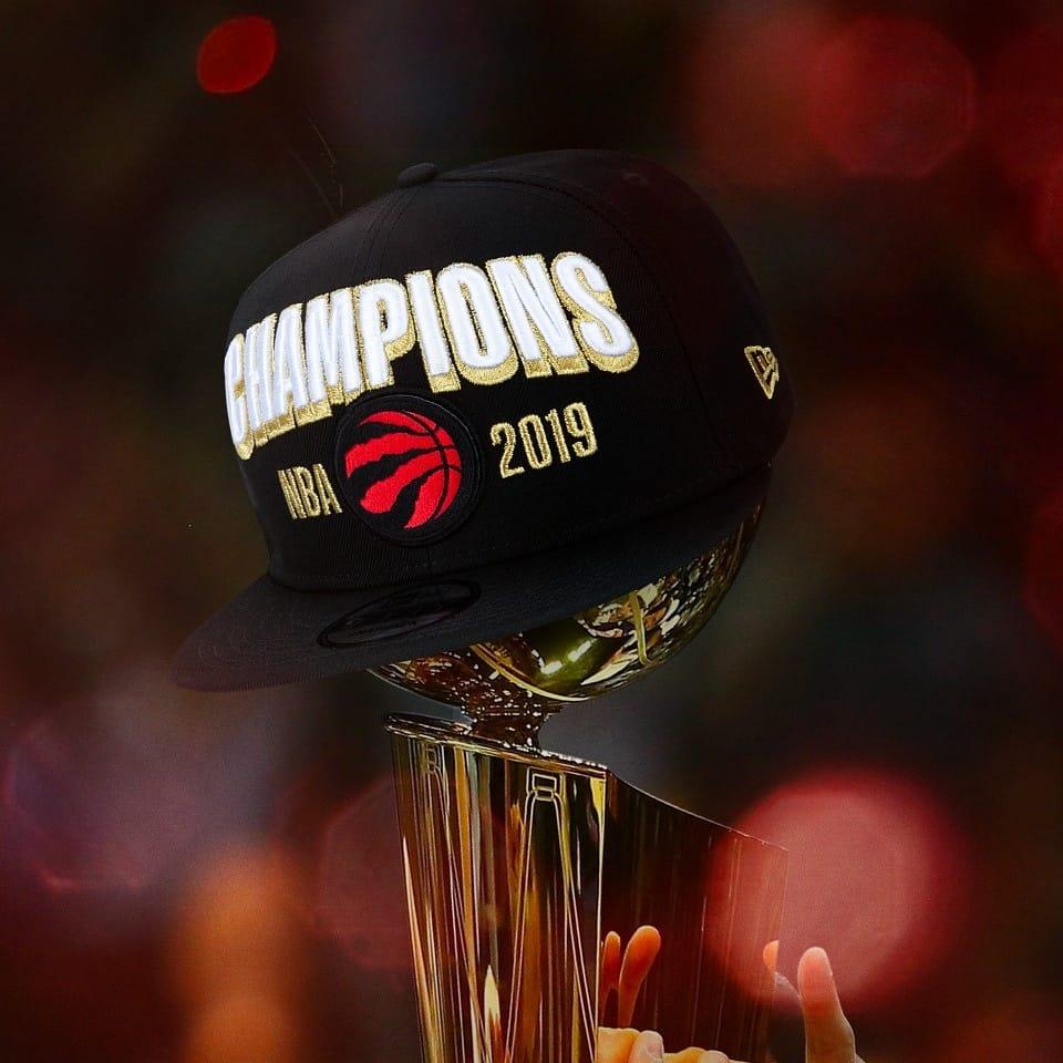 Troféu da NBA e boné