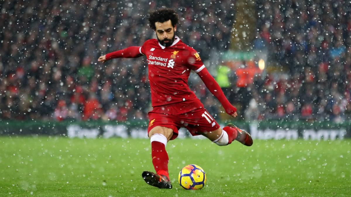 Salah em campo pelo Liverpool embaixo de chuva com sua chuteira X