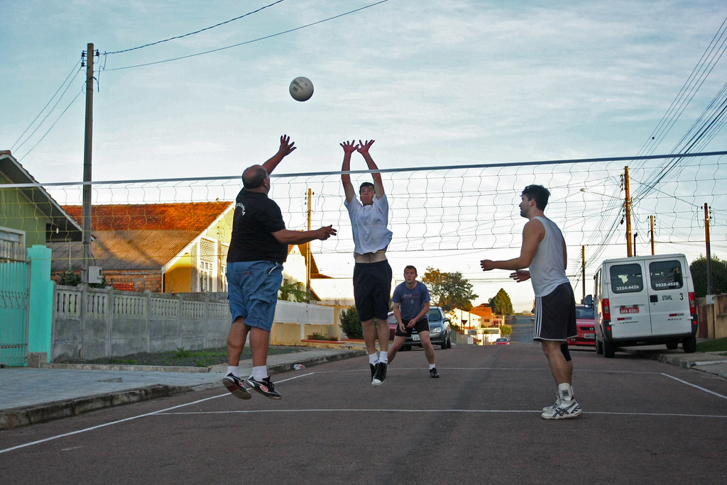 É preciso cuidado com o terreno para jogar, porque pode estragar a bola de vôlei