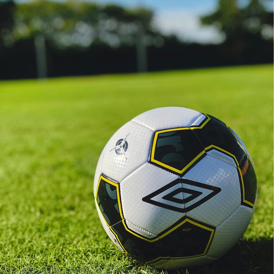 Bolas de futebol baratas da Umbro para campo