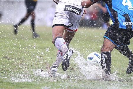 Travas SG são as recomendadas para jogos em campos molhados
