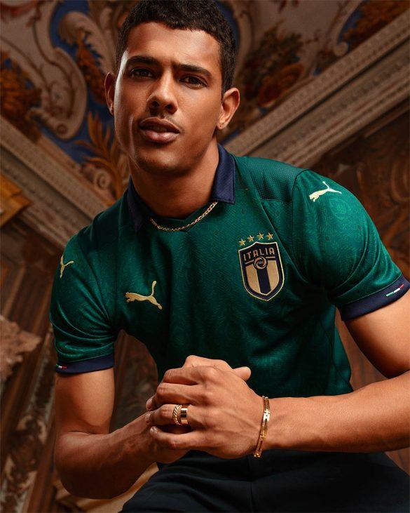 A nova camisa da Itália traz detalhes em dourado e azul escuro