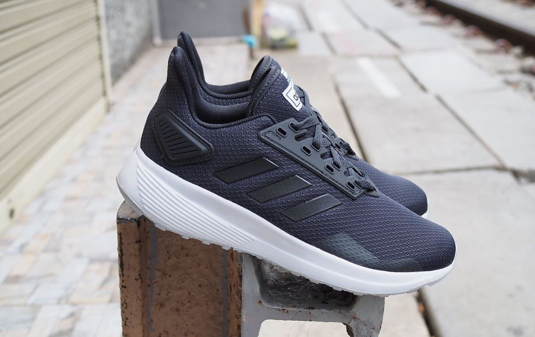 Tênis da Adidas à mostra em um ferro