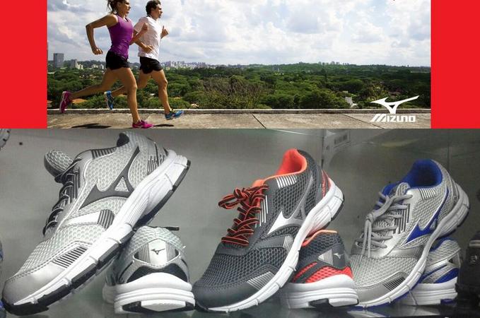 Um homem e uma mulher correndo e três pares de Mizuno Jet N abaixo. Um ótimo modelo de tênis para academia