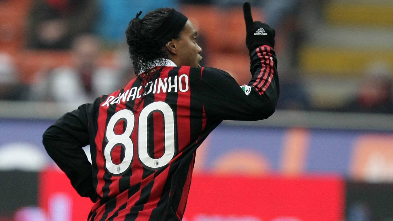 Personalização nas camisas: a 80 de Ronaldinho Gaúcho no Milan