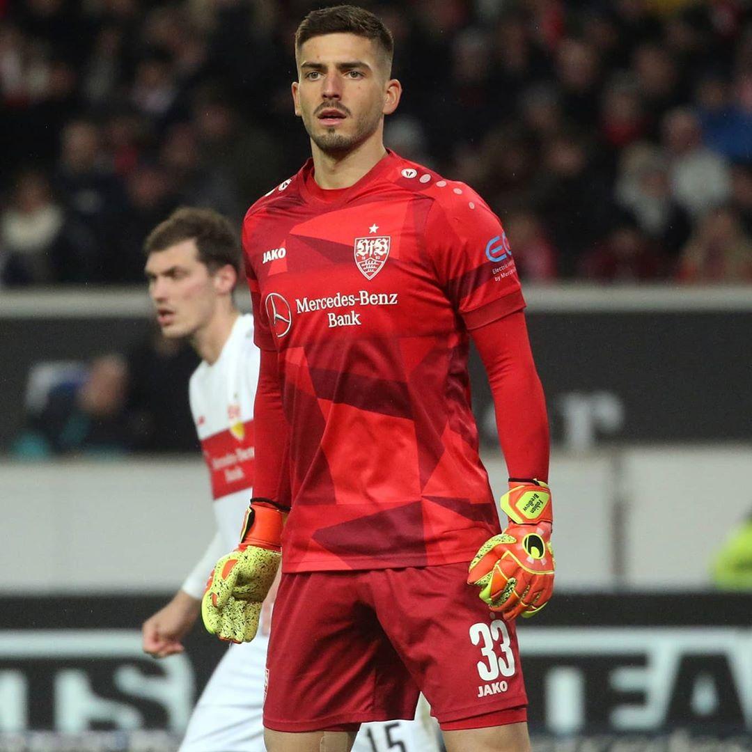estrelas na camisa do futebol alemão Stuttgart