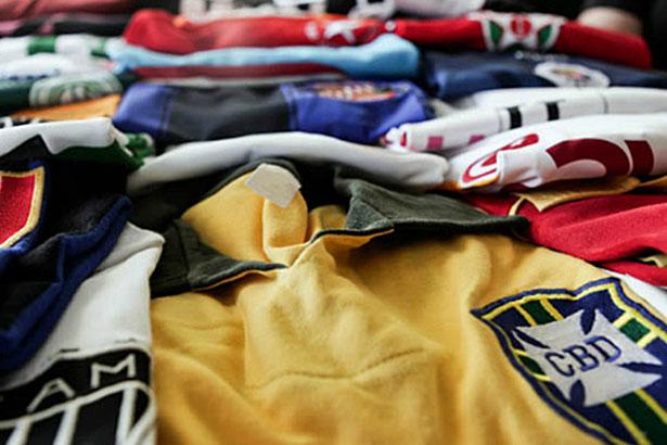Resultado de imagem para varias camisas de futebol