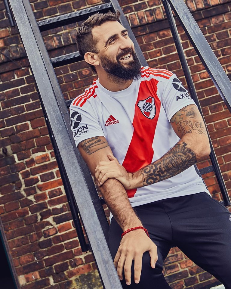 Camisa do River no atacante Lucas Pratto